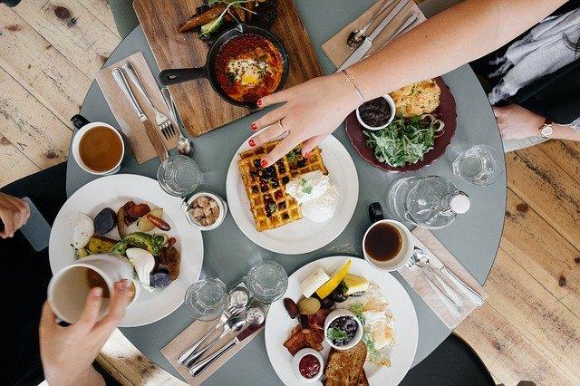 stol z jedzeniem