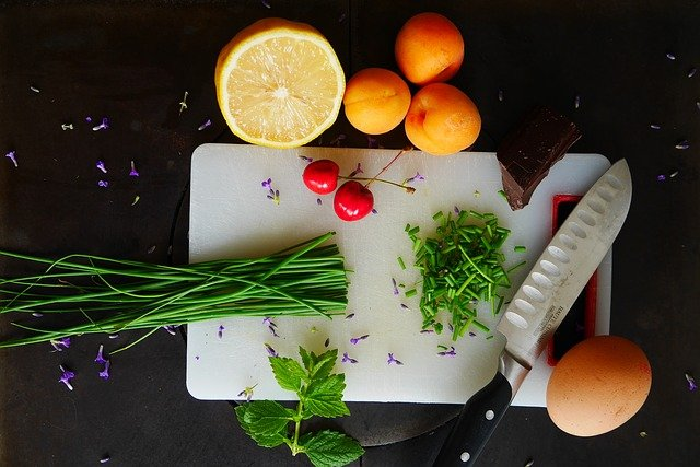 owoce i warzywa na desce
