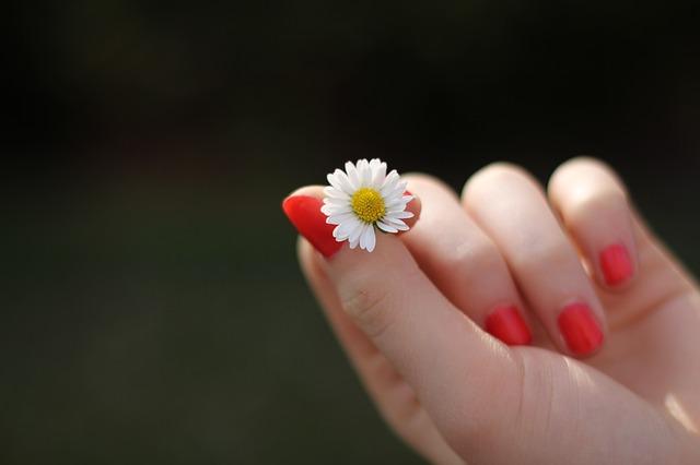 czerwony manicure hybrydowy